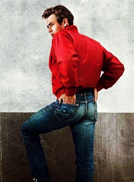 James Dean nas roupas do personagem Jim Stark, o protagonista do filme Juventude Transviada