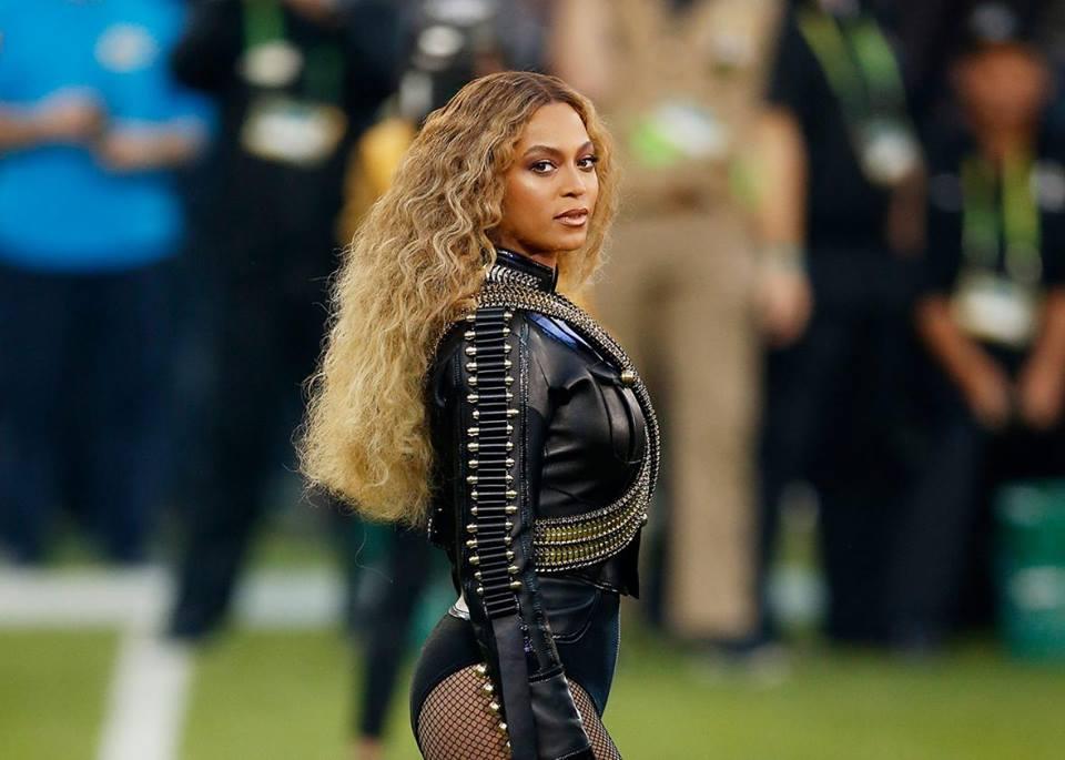 Legenda: Beyoncé em apresentação no intervalo do Super Bowl 2016