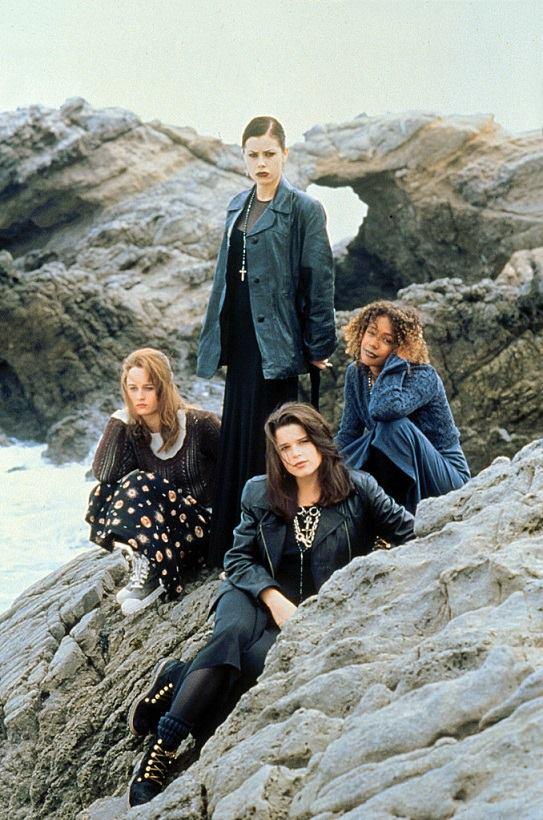 """No filme """"Jovens Bruxas"""", um clássico adolescente dos anos 90, o armário das garotas é cheio de peças oversized de pegada grunge."""