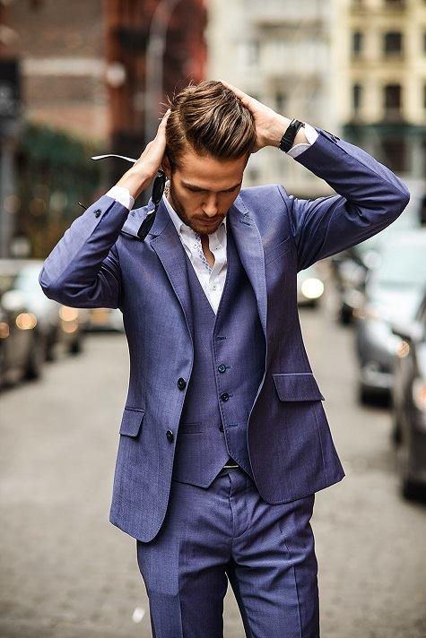 Adam Gallagher, do blog I am Galla, usando a versão mais clássica do terno: com colete, casaco e calça de alfaiataria
