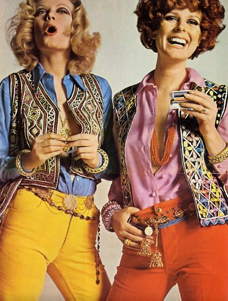 Editorial de moda do finalzinho dos anos 60, quando os coletes e as roupas psicodélicas já começavam a dominar a moda